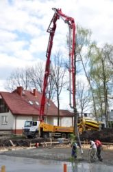 Pompa Putzmeister o wysięgu długości 42 mterów podczas pracy
